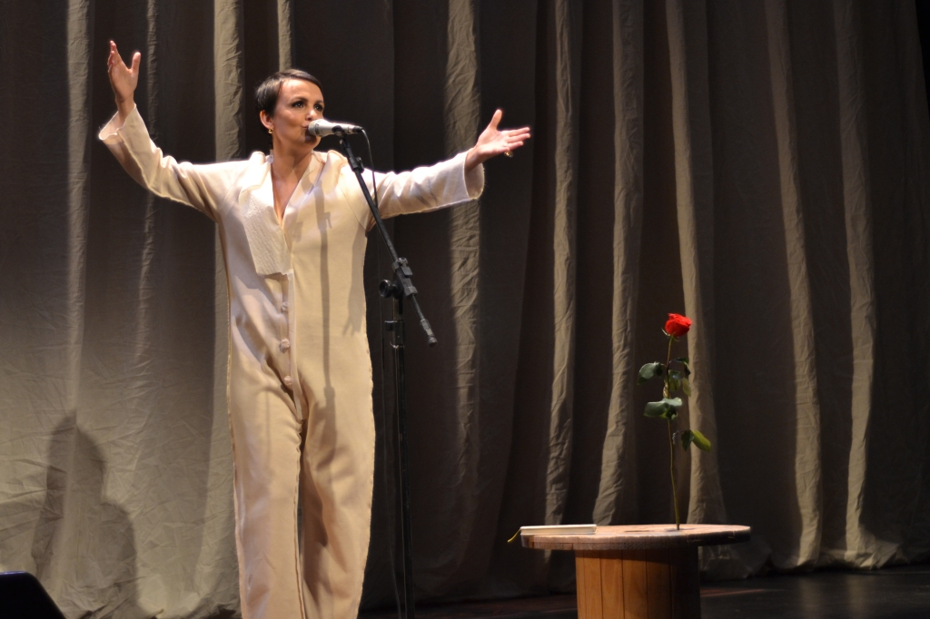 Juliana Amaral no palco do Teatro Anchieta. 18.8.2013