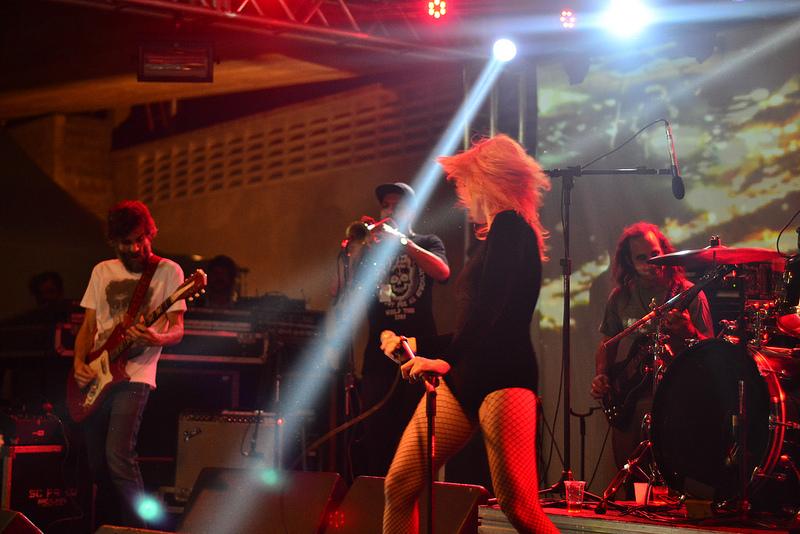 Karina Buhr no palco montado na Praça das Artes - SP
