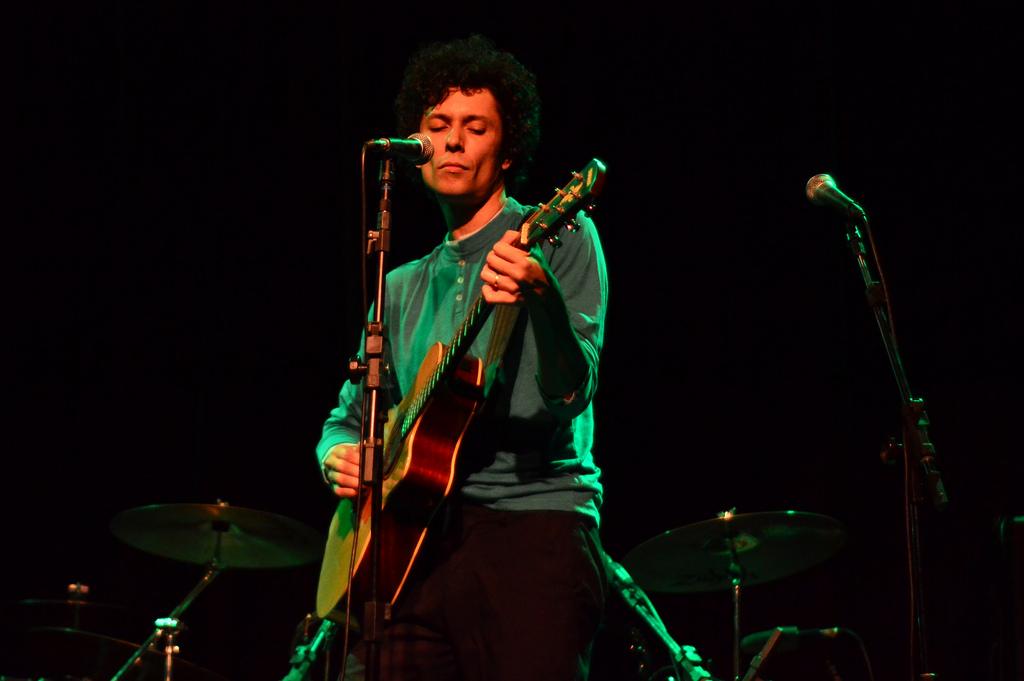 Juliano Gauche no palco do Auditório Sesc Vila Mariana. 24.1.2014 (Foto: Alexandre Eça)