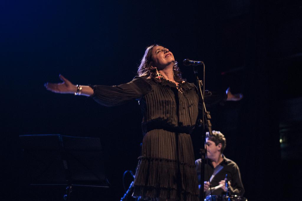 Jussara Silveira no palco do Teatro Sesc Pompeia (Foto: Alexandre Eça)