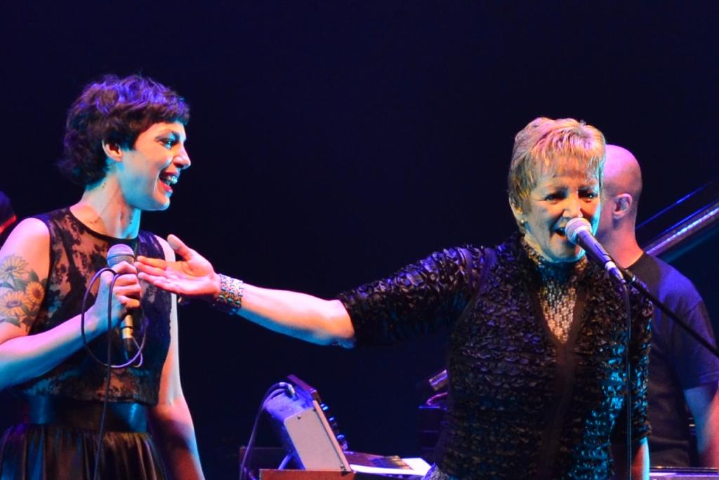 Bárbara Eugênia e Diana no palco do Teatro Paulo Autran (Foto: Alexandre Eça)