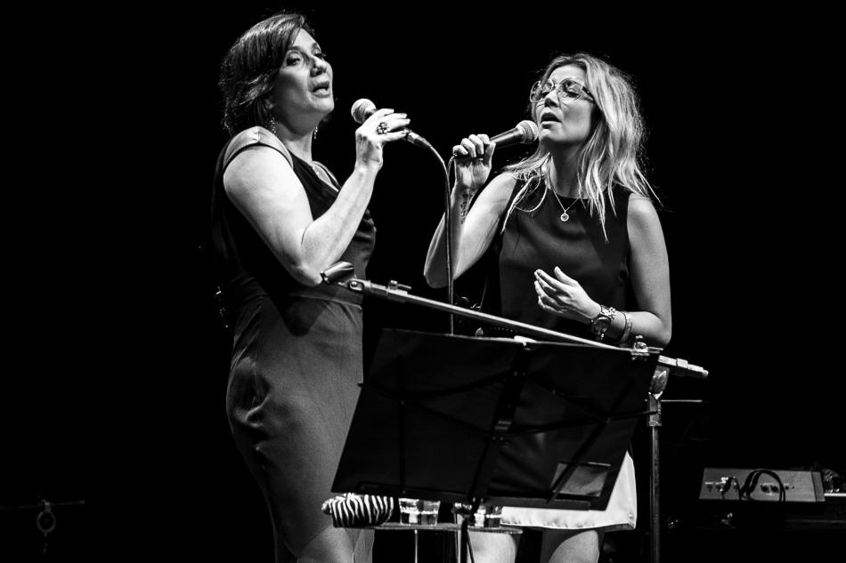 Zizi Possi e Luiza Possi no  palco do teatro Sesc Vila Mariana (Foto: Alexandre Eça / MEP)