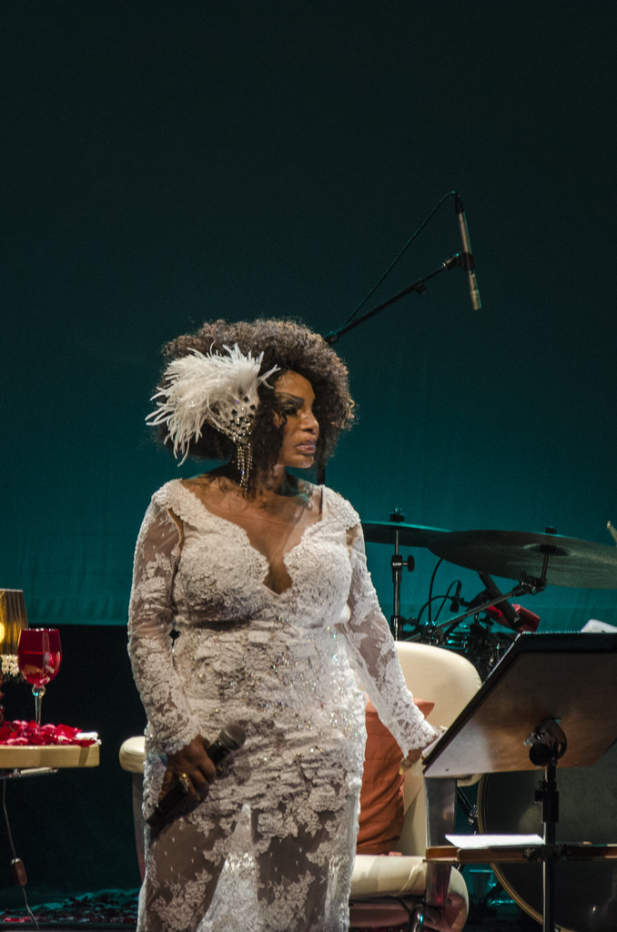 Elza Soares no palco do Teatro Paulo Autran (Foto: Alexandre Eça)