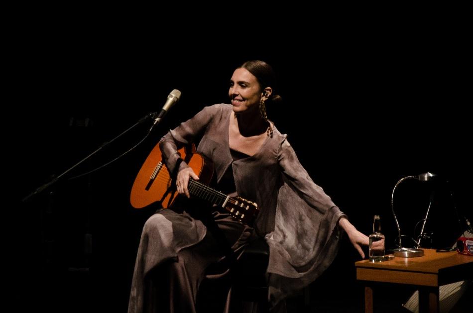 Adriana Calcanhoto no palco do Teatro Paulo Autran (Foto: Alexandre Eça)