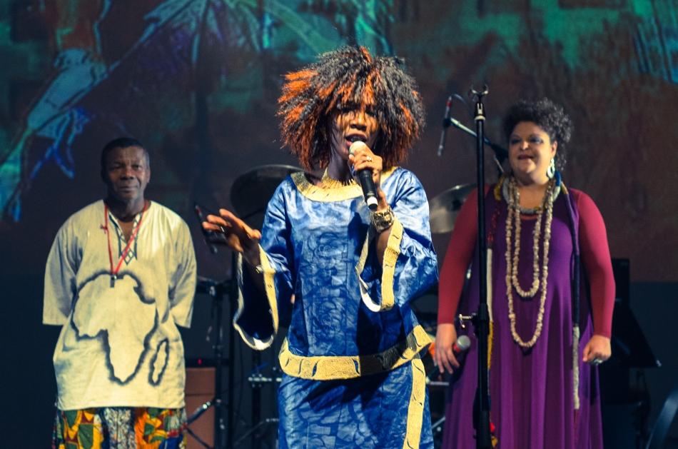 A cantora Fanta Konatê com Fabiana Cozza e Tião Carvalho (Foto: Alexandre Eça)