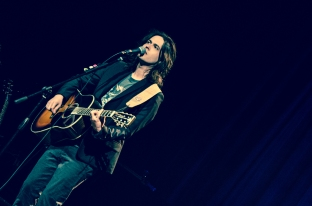 O cantor Filipe Catto (Foto Alexandre Eça)