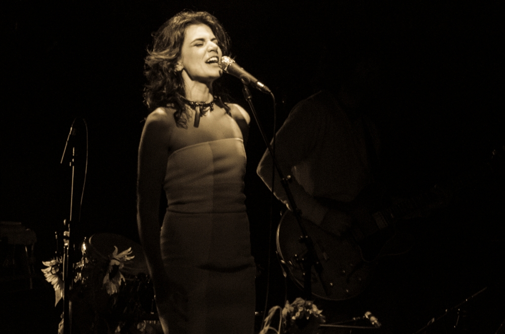 Mariana Aydar no palco do Teatro Sesc Vila Mariana (Foto: Alexandre Eça)
