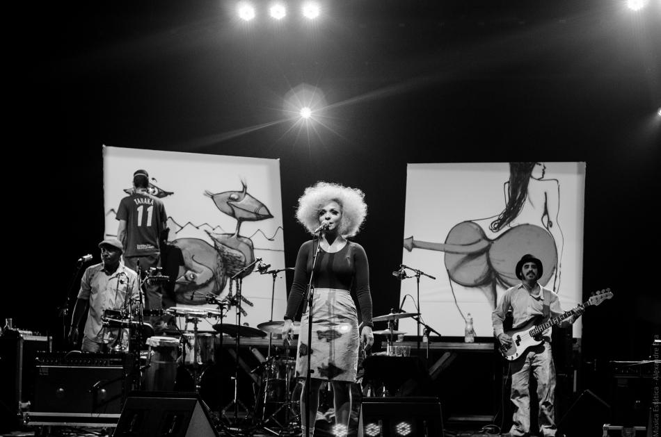 Anelis Assumpção no palco do Teatro Paulo Autran (Foto Alexandre Eça)