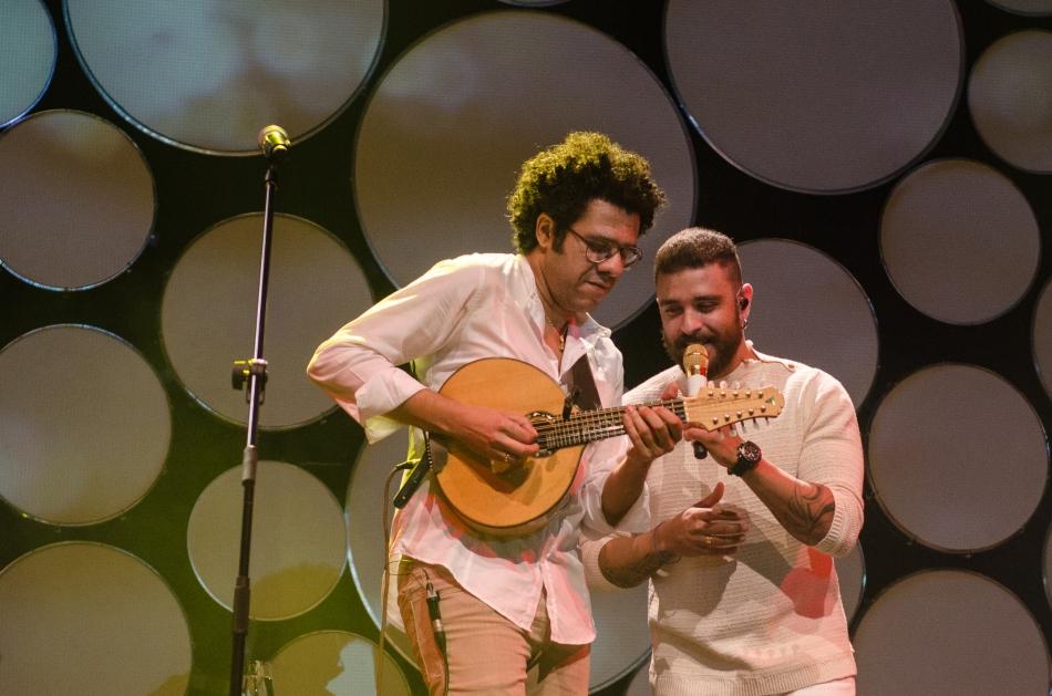 Hamilton de Holanda e Diogo Nogueira no palco do Theatro Net (Foto: Alexandre Eça)