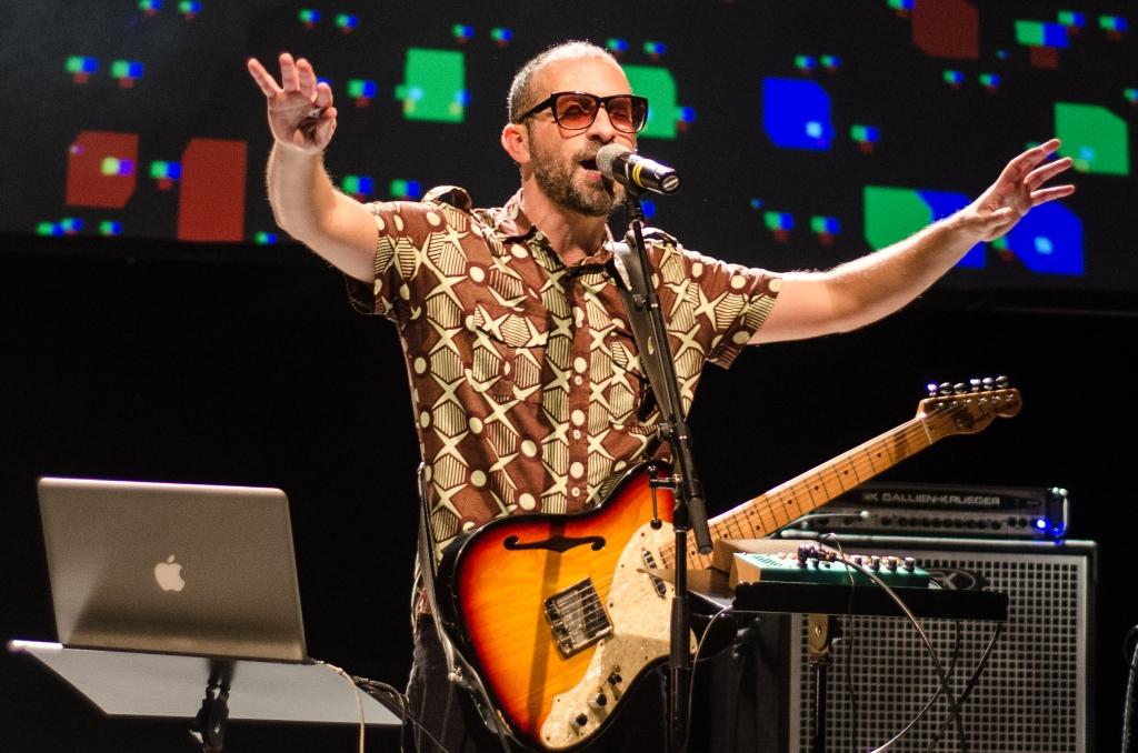 Lucas Santtana no Teatro Sesc Vila Mariana (Foto: Alexandre Eça)
