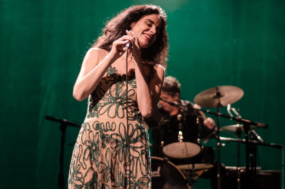 Mariana de Moraes no palco do Teatro Anchieta (Foto Alexandre Eça)