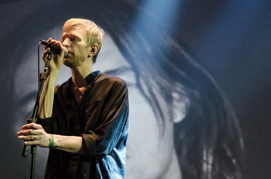 O músico sueco Jay-Jay Johanson no palco do Sesc Pompeia (Foto Alexandre Eça)