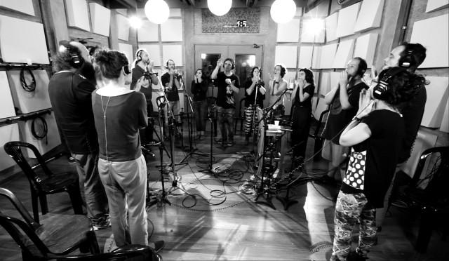Barbatuques em estúdio (Foto reprodução site)