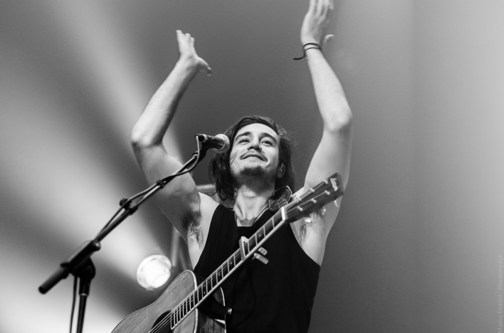 Tiago Iorc na estreia da turnê Troco Likes (Foto Alexandre Eça)