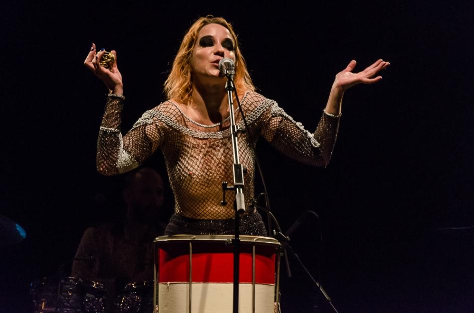 Karina Buhr no palco do Teatro Paulo Autran - SP (Foto Alexandre Eça)