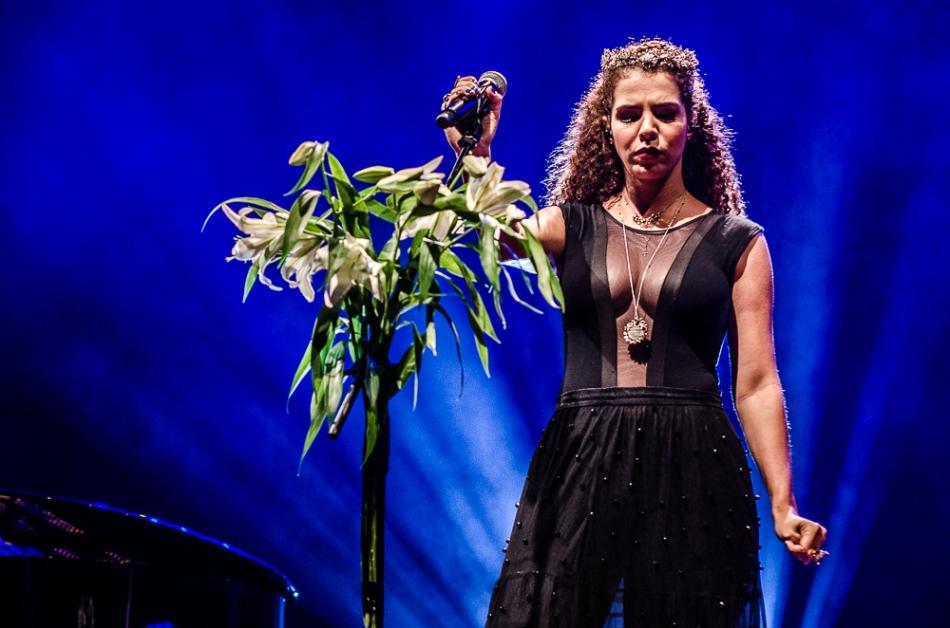 Vanessa da Mata no palco do Teatro J Safra (Foto Alexandre Eça)
